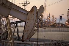 Unas unidades de bombeo de en el pozo Wilmington cerca de Long Beach, EEUU, jul 30 2013. Una demanda de petróleo más fuerte que lo previsto redujo los inventarios a su nivel más bajo desde el 2008, estrechando el mercado y desafiando las predicciones de un exceso de oferta, dijo el jueves la Agencia Internacional de la Energía (AIE). REUTERS/David McNew