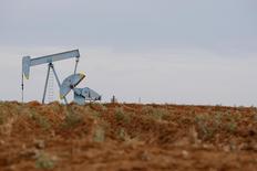 Нефтяные станки-качалки в Мидлэнде, штат Техас, 9 мая 2008 года. Цены на нефть Brent снижаются и завершат неделю в минусе на фоне ухудшения экономической статистики США и перебоев в поставках нефти из Ливии и Анголы. REUTERS/Jessica Rinaldi