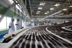 Kraft Foods Group a publié un bénéfice net en forte hausse à 931 millions de dollars (681 millions d'euros) au titre du quatrième trimestre, contre 90 millions un an plus tôt, à la faveur d'une baisse de ses coûts et d'un gain comptable. /Photo d'archives/REUTERS/Aly Song
