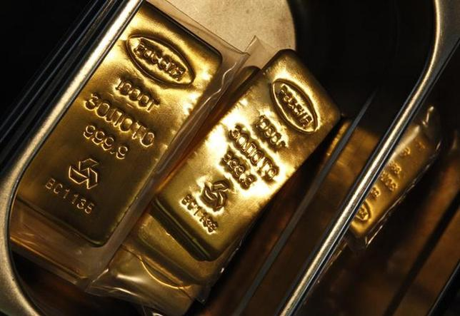 2月14日、不気味な金価格の上昇が続いている。年初からの世界的な株安で相対的な魅力が増したほか、足元では米国の低金利環境の継続観測が後押ししているという。写真はモスクワで1月撮影(2014年 ロイター/Sergei Karpukhin)