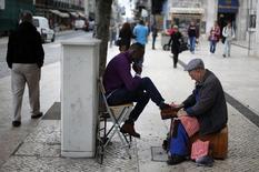 Dans une rue de Lisbonne. La reprise de l'économie portugaise s'est accélérée au quatrième trimestre avec une progression de 0,5% du PIB, une amélioration qui accrédite le scénario d'une sortie cette année du plan d'aide international. /Photo prise le 7 novembre 2013/REUTERS/Rafael Marchante