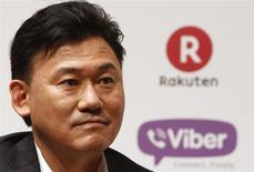 Hiroshi Mikitani, directeur général de Rakuten. Le géant japonais du commerce électronique a racheté Viber Media, un fournisseur d'applications proposant appels et messages gratuits, pour 900 millions de dollars (658 millions d'euros). /Photo prise le 14 février 2014/REUTERS/Yuya Shino
