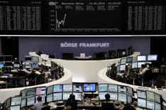 Les Bourses européennes évoluaient en hausse modérée vendredi vers la mi-séance, portées par des données montrant une croissance plus forte que prévu dans la zone euro, évolution qui est de bon augure pour les résultats à venir des entreprises. Vers 13h10, le CAC 40 prend 0,49% à Paris, le Dax avance de 0,71% à Francfort et le FTSE gagne 0,14% à Londres. /Photo prise le 14 février 2014/REUTERS/Remote
