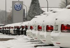 Carros cobertos de neve em concessionária da marca Volkswagen na cidade de Hamm, no oeste da Alemanha. As vendas do grupo Volkswagen cresceram ao ritmo mais forte em quatro meses em janeiro à medida que as vendas nos principais mercados europeus se recuperaram, compensando quedas de dois dígitos nos Estados Unidos e no Brasil. 14/01/2013. REUTERS/Ina Fassbender