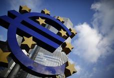 Символ валюты евро у здания ЕЦБ во Франкфурте-на-Майне 6 декабря 2012 года. Чуть лучший, чем ожидалось, рост экономики Германии и Франции подстегнул восстановление в еврозоне в четвертом квартале и позволил надеяться на более стабильный 2014 год, хотя и не без рисков. REUTERS/Lisi Niesner