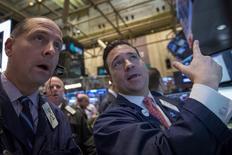 La Bourse de New York a ouvert en légère baisse vendredi dans l'attente de la première estimation de l'indice de confiance des ménages Thomson Reuters-Université du Michigan. Une dizaine de minutes après le début des échanges, le Dow Jones perdait 0,13%, le S&P-500 reculait de 0,07% et le Nasdaq cédait 0,17%. /Photo prise le 12 février 2014/REUTERS/Brendan McDermid