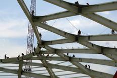 Funcionários trabalham o aço na estrutura do teto dentro da Arena Amazônia em Manaus. As ações da Usiminas exibiam a maior queda do Ibovespa nesta sexta-feira, com o mercado digerindo o fato de o resultado financeiro da companhia ter afetado seu lucro no quarto trimestre do ano passado, apesar do resultado operacional praticamente em linha com o esperado. 10/12/2013 REUTERS/Gary Hershorn