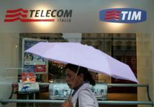 Uma mulher passa na frente de uma loja da Telecom Italia, controladora da Tim, no centro de Roma. A receita de dados continuará sendo central para o crescimento da operadora TIM Participações este ano, com manutenção do avanço de ao menos 20 por cento, disse nesta sexta-feira o presidente-executivo da companhia, Rodrigo Abreu. 14/09/2006 REUTERS/Dario Pignatelli