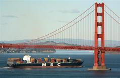Un barco cargero pasa por debajo del puente Golden Gate en San Francisco, ene 26 2009. Los precios de exportación de Estados Unidos subieron en enero por tercer mes consecutivo, en una señal potencialmente positiva sobre la demanda económica global y el panorama de los manufactureros estadounidenses. REUTERS/Robert Galbraith
