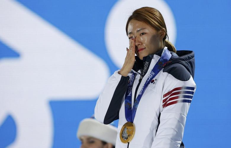 Gold medalist South Korea's Lee Sang-hwa cries during the medal ceremony for the women's 500 meters speed skating competition at the Sochi 2014 Winter Olympic Games in Sochi February 12, 2014. REUTERS/Eric Gaillard