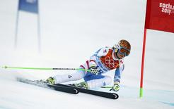 Austria's Anna Fenninger clears a gate during the women's alpine skiing Super G competition at the 2014 Sochi Winter Olympics at the Rosa Khutor Alpine Center February 15, 2014. REUTERS/Ruben Sprich