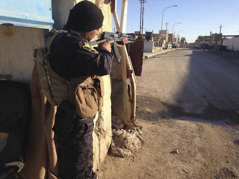 Iraqi army fights to wrest northern town from militants