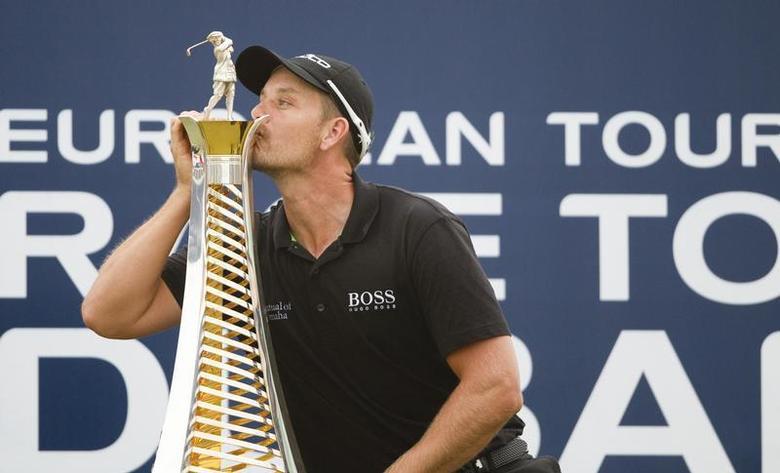 Henrik Stenson of Sweden kisses his 2013 Race to Dubai trophy after winning the DP World Tour Championship in Dubai November 17, 2013. REUTERS/Caren Firouz
