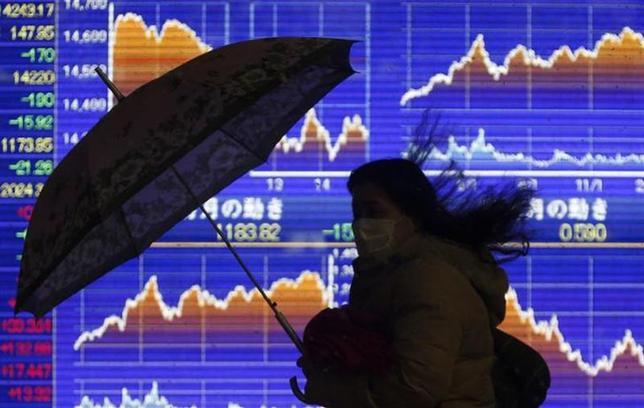 2月17日、海外株と比べて日本株の重さが目立っている。写真は都内の株価ボード。14日撮影(2014年 ロイター/Yuya Shino)