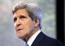 """O secretário de Estado norte-americano, John Kerry, faz uma pausa enquanto discursa sobre mudanças climáticas em Jacarta. A China criticou Kerry nesta segunda-feira por seu pedido """"ingênuo"""" por mais liberdade na Internet do país e questionou o motivo de uma discussão que ele teve com blogueiros chineses não ter mencionado o ex-prestador de serviços da Agência de Segurança Nacional dos Estados Unidos (NSA) Edward Snowden. 16/02/2014 REUTERS/Evan Vucci/Pool"""
