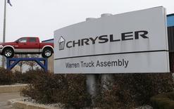 Le constructeur automobile italien Fiat a annoncé lundi que son accès à la trésorerie de sa filiale américaine Chrysler était limité en raison d'un plafonnement des dividendes et des clauses restrictives sur la dette obligataire de cette dernière. /Photo prise le 11 décembre 2013/REUTERS/Rebecca Cook