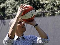 El presidente de Estados Unidos, Barack Obama, juega baloncesto en un encuentro con niños con motivo de la celebración de la búsqueda de huevos de pascua en la Casa Blanca en Washington, abr 1 2013. Al igual que muchos otros estadounidenses de cierta edad, el presidente Barack Obama comienza a quejarse de los achaques de la edad. REUTERS/Jason Reed