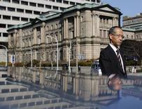 Мужчина проходит мимо здания Банка Японии в Токио 22 января 2014 года. Банк Японии во вторник сохранил поддерживающую денежно-кредитную политику без изменений и подтвердил оптимистичный взгляд на экономику, не испугавшись недавних признаков замедления роста. REUTERS/Yuya Shino