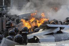 Сотрудники МВД Украины во время столкновений с антиправительственными демонстрантами в Киеве 18 февраля 2014 года. Противостояние возобновилось в правительственном квартале в центре Киева во вторник после трехнедельного перемирия, после того как милиция не позволила протестующим приблизиться к зданию парламента, где оппозиция требует урезать полномочия президента и провести досрочные выборы. REUTERS/Vlad Sodel