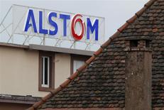 Alstom est lourdement sanctionné mardi matin à la Bourse de Paris, les investisseurs s'inquiétant de la santé du spécialiste des infrastructures électriques et ferroviaires après que le journal Les Echos a évoqué un audit demandé par l'Etat et une augmentation de capital, au lendemain de la dépréciation de la participation de Bouygues dans le groupe. A 11h30, le titre recule de 4,29% à 20,07 euros dans des volumes équivalents à 1,7 fois leur moyenne quotidienne des trois derniers mois. /Photo d'archives/REUTERS/Vincent Kessler