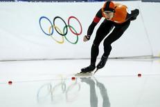 Голландец Йоррит Бергсма на дистанции 10.000 метров на Играх в Сочи 18 февраля 2014 года. Голландские спортсмены вновь заняли весь пьедестал в беге на коньках на сочинской Олимпиаде - на сей раз на дистанции 10 километров. REUTERS/Marko Djurica