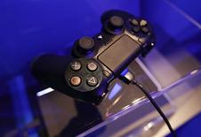 Un mando de la consola Playstation 4 en la muestra de Sony durante la feria de videojuegos Gamescom en Colonia, Alemania, ago 21 2013. Sony Corp dijo el martes que había vendido hasta el 8 de febrero 5,3 millones de unidades de su consola de videojuegos Playstation 4, con lo que superó el objetivo fijado para todo el año fiscal antes de su lanzamiento en Japón la semana que viene. REUTERS/Ina Fassbender