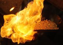 Granulos de oro en una derretidora en la planta separadora de oro y plata Oegussa en Viena, abr 16 2013. La demanda de oro cayó un 15 por ciento en 2013 por enormes flujos de salida desde fondos de inversión que superaron una demanda minorista sin precedentes, aunque esa desinversión ha menguado, lo que apuntaría a una recuperación, dijo el martes el Consejo Mundial del Oro (WGC por sus siglas en inglés). REUTERS/Heinz-Peter Bader