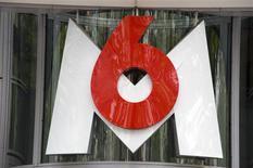 M6 a publié mardi des résultats financiers en demi-teinte au titre de 2013 dans un contexte difficile marqué par un tassement de ses audiences et l'arrivée de nouveaux concurrents dans la télévision gratuite. /Photo d'archives/REUTERS/Philippe Wojazer