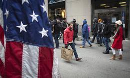 Unas personas de compras tras el día de navidad en Nueva York, dice 26 2013. La deuda de las familias de Estados Unidos creció en el último trimestre del 2013 en su mayor nivel desde antes de la recesión, una señal de que los estadounidenses estarían poniendo fin a la tendencia de ajustarse el cinturón, mostraron el martes datos del Banco de la Reserva Federal de Nueva York. REUTERS/Carlo Allegri