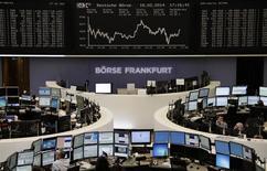 Operadores en sus puestos de trabajo en la Bolsa alemana en Fráncfort, feb 18 2014. Las acciones europeas cerraron el martes con una mínima subida, consolidando niveles pese a las caídas del sector minorista y los inversores apostando a que un repunte reciente tras las turbulencias experimentadas por los mercados emergentes se está disipando. REUTERS/Remote/Stringer