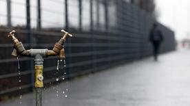 Suez Environnement a annoncé mercredi renforcer sa présence dans le secteur de l'eau en Italie en augmentant sa participation dans le capital du groupe italien de services aux collectivités Acea. Le groupe français a acquis 8,4 millions d'actions Acea, soit 3,95% du capital, portant ainsi sa participation à 12,5%. /Photo d'archives/REUTERS/Cathal McNaughton