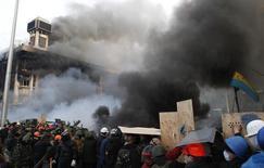 Антиправительственные демонстранты на баррикадах Майдана Незалежности в центре Киева 19 февраля 2014 года. Спецподразделения милиции перешли в наступление на протестующих в центре Киева и заняли почти половину пылавшего майдана на исходе самого кровавого дня в современной истории Украины. К утру среды число погибших достигло 25 человек. REUTERS/David Mdzinarishvili