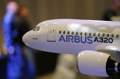 Kuwait Airways a signé avec Airbus un contrat d'achat de 25 avions -10 A350-900 et 15 A320neo- et de location de 12 autres appareils. /Photo prise le 13 janvier 2014/REUTERS/Régis Duvignau