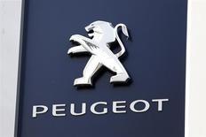 El logo de Peugeot a las afueras de una concesionaria en París, dic 13 2013. - PSA Peugeot Citroën planea fabricar nuevos autos y expandirse en Asia a partir de un acuerdo de rescate con la china Dongfeng respaldado por Francia, dijo la automotriz el miércoles, tras reportar una pérdida de 3.200 millones de dólares que resalta la dura tarea que le espera. REUTERS/Charles Platiau