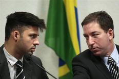 El periodista Glenn Greenwald (a la derecha) junto a su pareja, David Miranda, ante un comité del Senado brasileño en Brasilia, oct 9 2013. El Tribunal Superior de Londres consideró el miércoles como legal la detención bajo las leyes anti terroristas de la pareja de Glenn Greenwald, el periodista que difundió las filtraciones del ex contratista de seguridad estadounidense Edward Snowden. REUTERS/Ueslei Marcelino