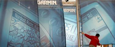 Un trabajador ordena el puesto de la firma de sistemas de navegación Garmin en la feria electrónica CeBit en Hanover, Alemania, mar 6 2006. El fabricante de navegadores Garmin reportó el miércoles una ganancia trimestral mayor a la prevista, ayudado por la fuerte demanda de sus productos para aviación y fitness, lo que impulsó una subida de casi un 10 por ciento en sus acciones antes de la apertura del mercado. REUTERS/Christian Charisius