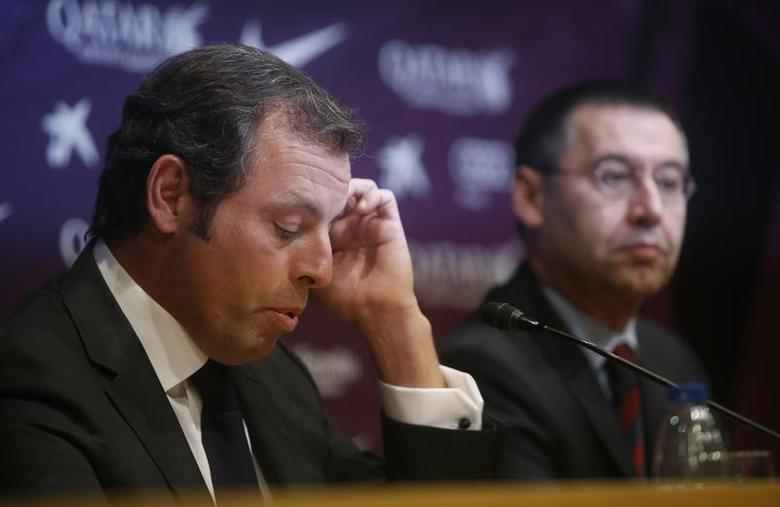 Barcelona president Sandro Rosell (L) attends a news conference where he announced his resignation, next to vice-president Josep Maria Bartomeu, at Camp Nou stadium in Barcelona January 23, 2014. REUTERS/Albert Gea