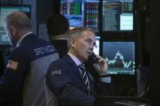 Wall Street a terminé en baisse mercredi. Le Dow Jones a perdu 0,55% à 16.041,07, des données susceptibles de varier encore légèrement. /Photo prise le 19 février 2014/REUTERS/Brendan McDermid