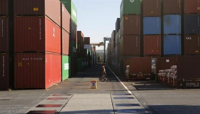 2月20日、財務省が発表した1月貿易統計速報によると、貿易収支(原数値)は2兆7900億円の赤字となった。写真は都内の港で1月撮影(2014年 ロイター/Toru Hanai)