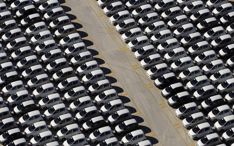 Cars are parked at the Gioia Tauro commercial harbour November 8, 2012. REUTERS/Alessandro Bianchi