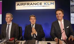 Frédéric Gagey , PDG d'Air France, Alexandre de Juniac, PDG d'Air France-KLM et Camiel Eurling, PDG de KLM (de gauche à droite). La compagnie aérienne franco-néerlandaise a dégagé en 2013 un bénéfice d'exploitation pour la première fois en trois ans, à 130 millions d'euros, récoltant les fruits de son plan de restructuration qui devrait lui permettre de se remettre en ordre de marche en 2015 après plusieurs années de crise. /Photo prise le 20 février 2014/REUTERS/Philippe Wojazer