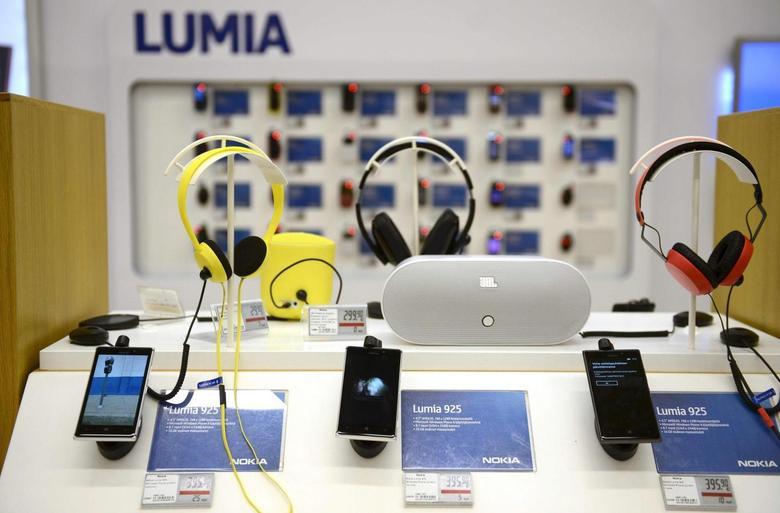 Nokia's Lumia smartphones are seen in a Helsinki mobile phone store January 21, 2014. REUTERS/Antti Aimo-Koivisto/Lehtikuva