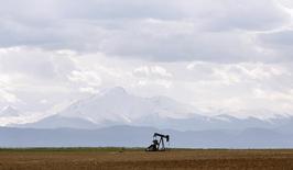 Нефтяной станок-качалка близ Денвера, штат Колорадо, 16 мая 2008 года. Цены на нефть Brent держатся около $110 за баррель после отчета, показавшего замедление производственной активности в Китае, занимающего второе место в мире по потреблению нефти. REUTERS/Lucas Jackson