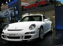 Автомобиль Porsche 911 GT3 на презентации на автошоу в Женеве 28 февраля 2006 года. Немецкий автопроизводитель Porsche отзывает 785 спорткаров 911 GT3, поставленных в этом году после того, как два из них загорелись. REUTERS/Stefan Wermuth