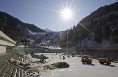 Вид на реконструкцию высокогорного катка Медео в Алма-Ате 17 ноября 2008 года. Алма-Ата, подавшая заявку на проведение зимних Олимпийских игр 2022 года, не собирается соперничать с Играми в Сочи и потратит лишь часть того, что инвестировала Россия, заявили казахские чиновники в четверг. REUTERS/Shamil Zhumatov