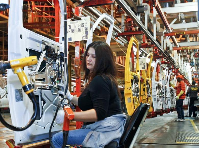 A view of employees working at the General Motors assembly plant in Wentzville, Missouri February 7, 2012. REUTERS/Sarah Conard