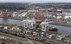 Una serie de contenedores en la bahía del puerto de Seattle, EEUU, ago 21 2012. Un indicador de la actividad económica futura en Estados Unidos subió modestamente en enero y apunta a una fortaleza subyacente en la economía, pese al lastre del clima frío sobre el crecimiento. REUTERS/Anthony Bolante