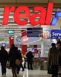 Unas personas al interior de un supermercado de la cadena Real en Berlín, feb 14 2013. La confianza del consumidor de la zona euro empeoró sorpresivamente en febrero, al mostrar su primer declive desde noviembre, dijo el martes la Comisión Europea, lo que puso de relieve la fragilidad de la recuperación del bloque. REUTERS/Fabrizio Bensch