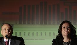 O ministro da Fazenda, Guido Mantega, e a ministra do Planejamento, Miriam Belchior, durante o anúncio de cortes no Orçamento, em Brasília. O governo vai esperar até abril para decidir como cobrir o custo pelo acionamento das termelétricas para garantir o abastecimento de energia no Brasil, em meio ao baixo nível dos reservatório das hidrelétricas. 20/02/2014
