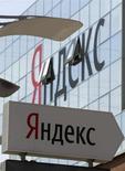 Указатель у штаб-квартиры Яндекса в Москве 23 мая 2011 года. Котировки российских Яндекса и Mail.ru резко пошли вниз в четверг, после того, как интернет-компании разочаровали участников рынка прогнозами замедления выручки в отсутствие внятных планов касательно дивидендов. REUTERS/Sergei Karpukhin